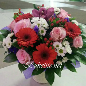 Букет с гербери, рози, хризантемки и добавки
