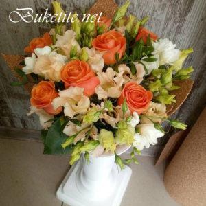 Букет с рози, лизиантуси, астромелии и добавки