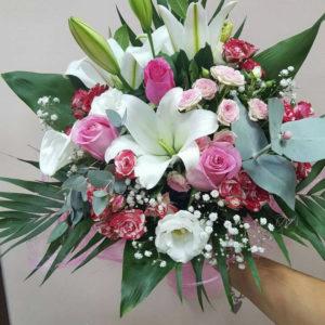 Букет с лилиум, рози, евкалипт и добавки