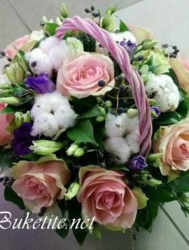 Кошница с рози и лизиантуси K018