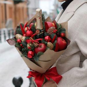Нашето горещо предложение за месец януари 2019-та. Стилен новогодишен букет, който съдържа бутилка шампанско, ябълки, канелени пръчки и джинджифил. Подходящ е за имен ден, рожден ден, юбилей или просто за поздрав към скъп човек. Възползвайте от нашата промоционална цена!
