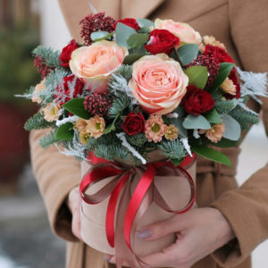 Представяме Ви нашата зимна изненада в кутия. Съдържа рози, евкалипт и добавки. Със своето зимно настроение, тази красива аранжировка е прекрасна идея за подарък за имен ден или рожден ден. А защо не просто да зарадвате любим човек по случай новата 2019-та година?